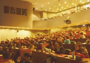 大勢の関係者がつめかけた国際会議ホール