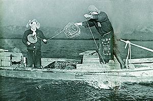 昭和30年頃、「流しもち」を巻き上げてカモを捕る漁師